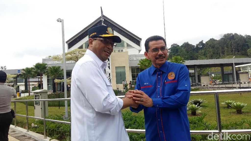 Budi Karya Pamer PLBN Entikong di Depan Pejabat Malaysia
