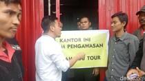 Jemaah Umrah Abu Tours Mengamuk dan Segel Kantor di Makassar