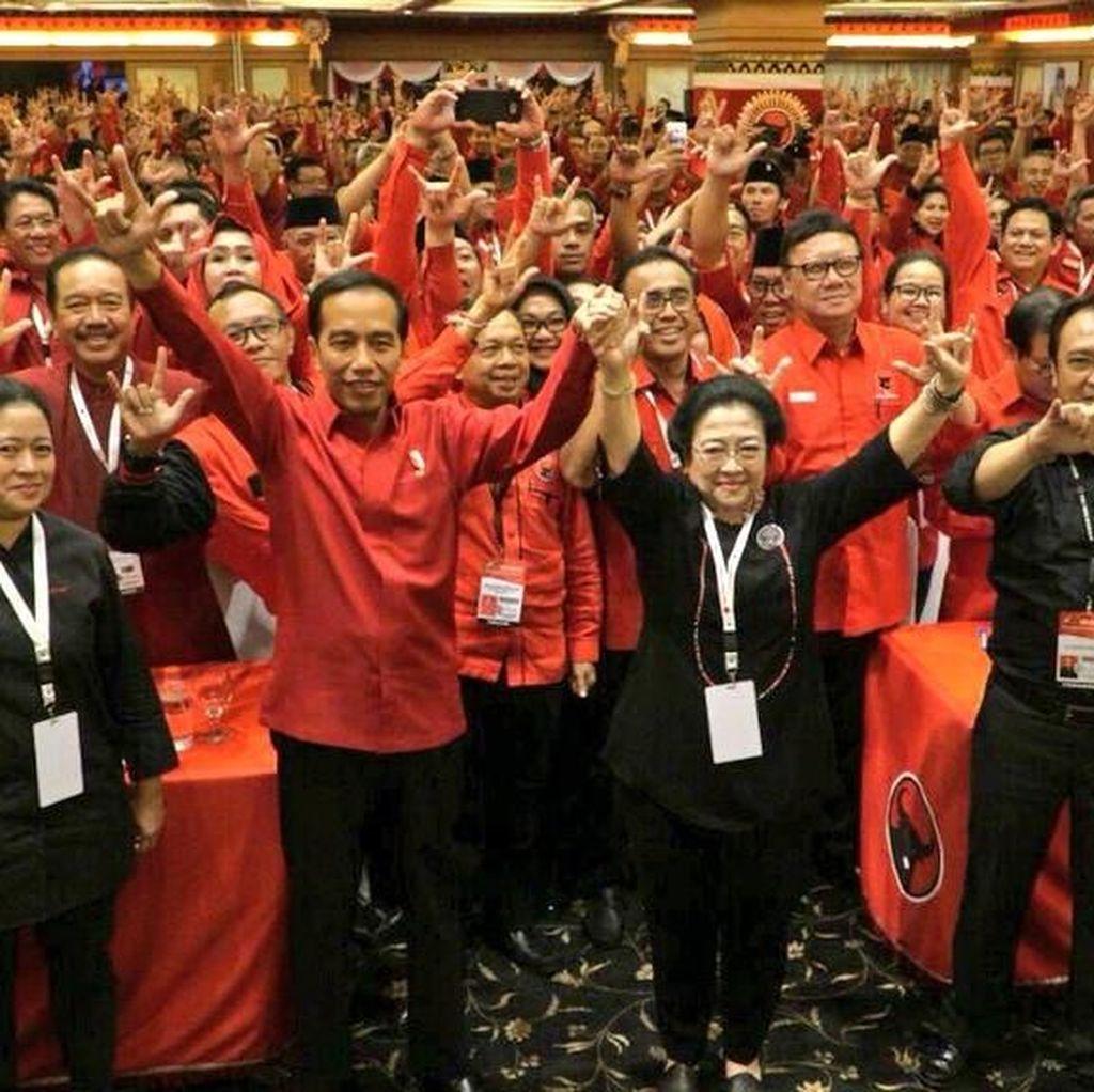 Jokowi Tinggalkan Rakernas PDIP Sambil Bagikan Kaos