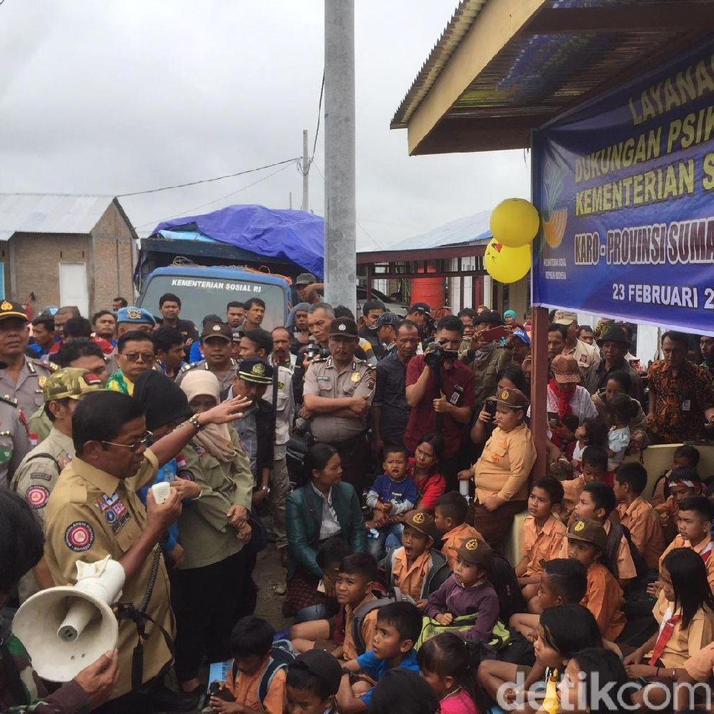 Mensos Salurkan Bantuan Rp 3,1 M untuk Pengungsi Erupsi Sinabung