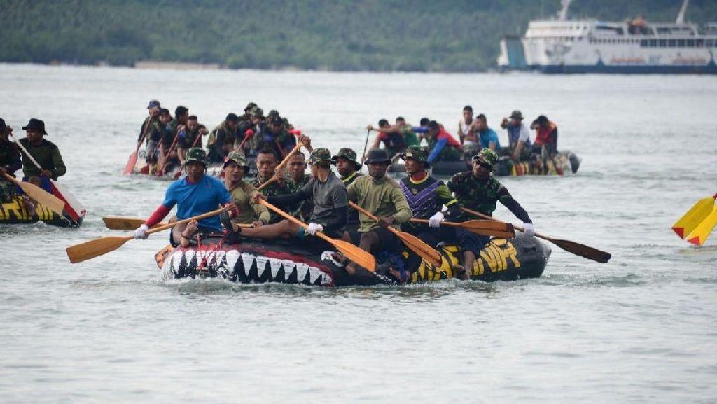 Aksi Marinir Berenang dan Mendayung di Selat Sunda