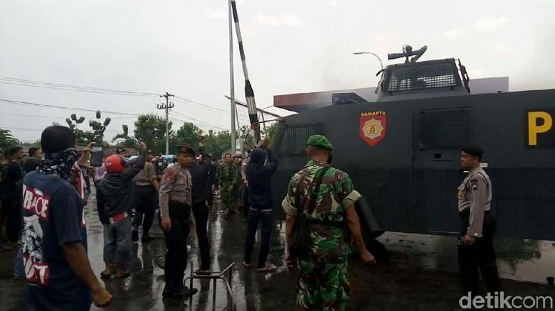 Warga Bakar Ban dan Pos Satpam PT RUM, Polisi Siagakan Watercanon