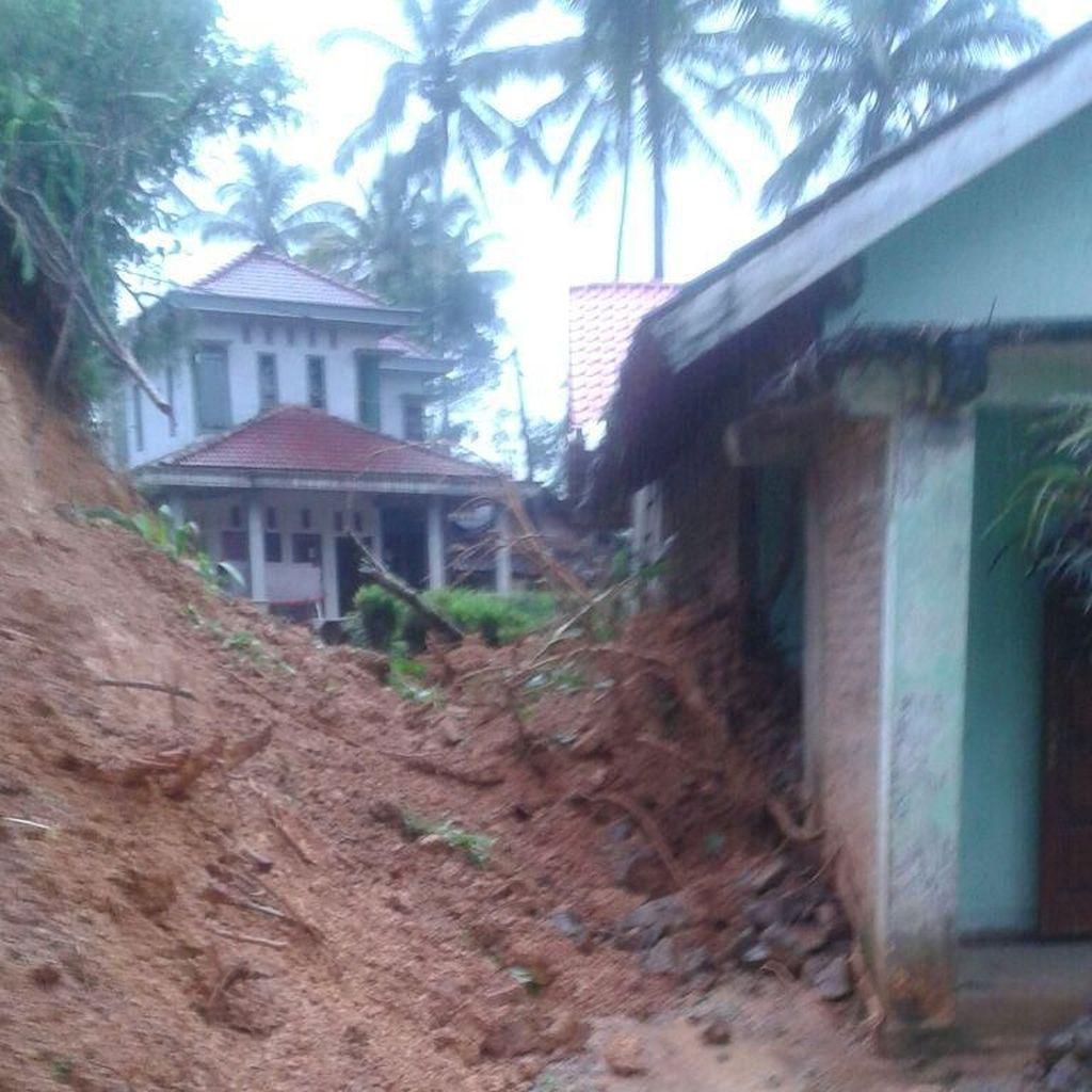 Sebuah Rumah Tertimpa Longsoran Tebing di Ponorogo