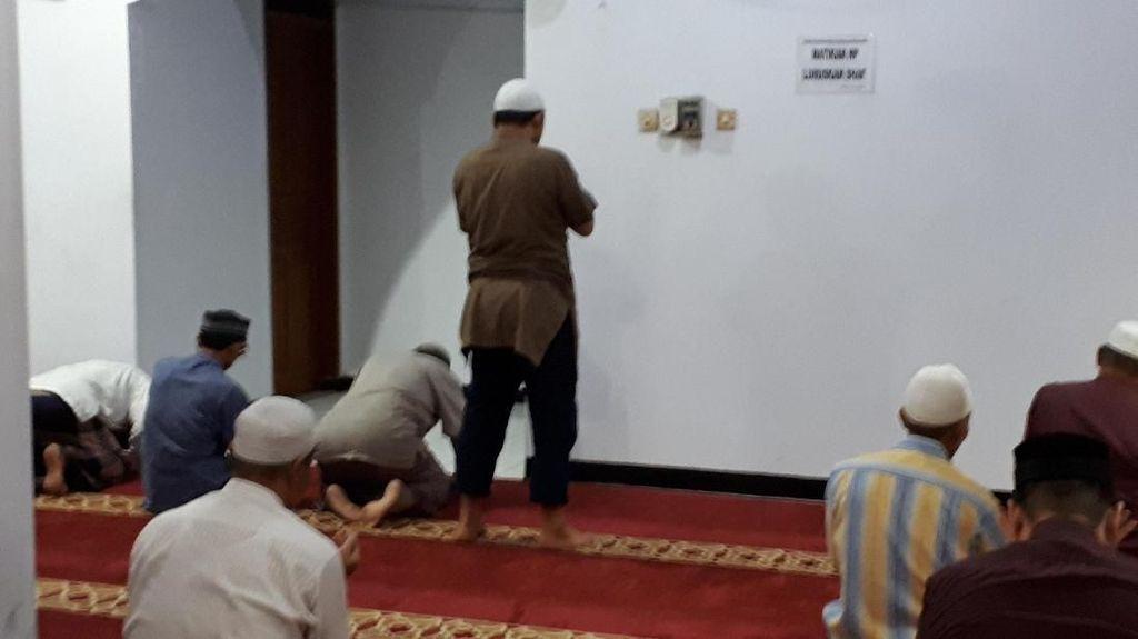 Novel Baswedan Kembali Salat Subuh Berjemaah di Masjid Al Ihsan