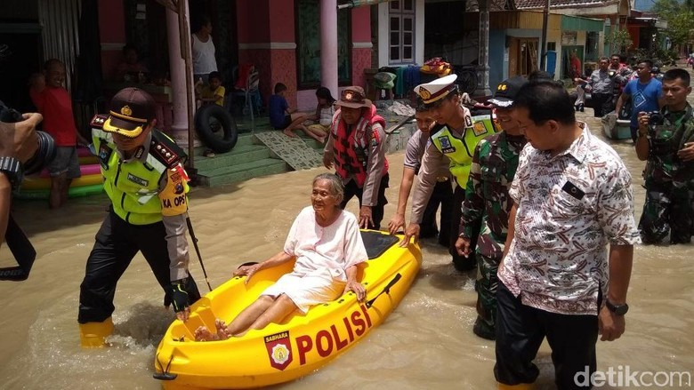 Siaga Merah, Warga Korban Banjir di Bojonegoro Mulai Mengungsi