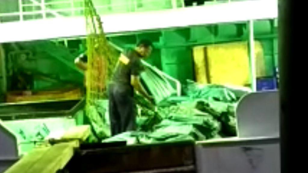 Petugas Bongkar Muatan Kapal yang Diduga Bawa Sabu Jumlah Besar