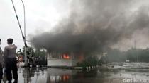 Foto: Demo Pencemaran Lingkungan, Warga Bakar Properti PT RUM