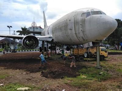 2 Pesawat Misterius Ada di Pinggir Jalanan Bali, Bagaimana Caranya?