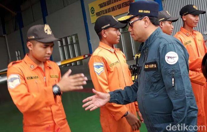 Selain meninjau langsung program padat karya cash di akhir pekan ini, Menteri Perhubungan Budi Karya Sumadi juga menyempatkan diri untuk memberikan pembinaan terhadap puluhan siswa Sekolah Tinggi Penerbangan Indonesia (STPI) di Curug, Tangerang, Sabtu (24/2/2018).