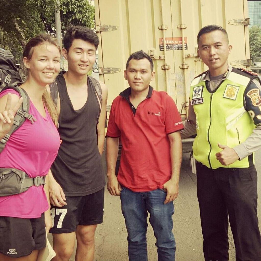 Ongkos Habis, 2 Bule di Jakbar Dititip Polisi Naik Truk ke Cirebon