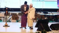 Saat Jokowi Genggam Erat KH Maruf Usai Tabuh Beduk Festival Sholawat