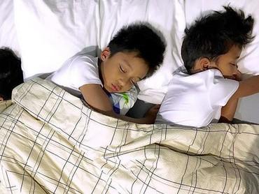 Lagi tidur, tiga buah hati Amara dan Frans tetap ganteng. He-he-he.(Foto: Instagram/ @amaranggana)