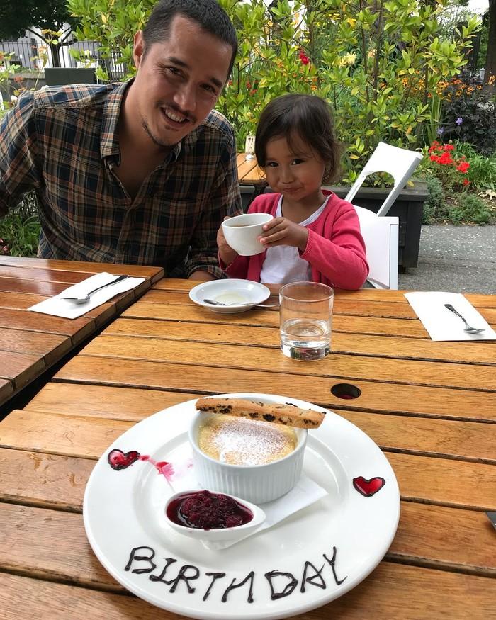 Ini adalah pose suami Happy, Tjok Gus dan anaknya, Kinandari saat makan bersama. Nampak di depannya ada dessert bertuliskan Birthday. Kira-kira siapa yang ulang tahun ya? Foto: Instagram
