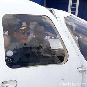 Menhub Jajal Terbangkan Pesawat Kecil