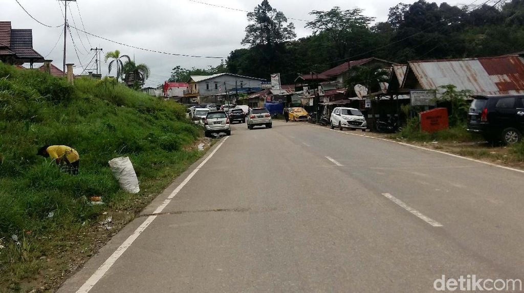 Foto: Jalan Perbatasan Indonesia Vs Malaysia, Mulus Mana?