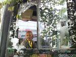 Kaca Bus Mira Dilempar Batu Pria Tak Dikenal, 2 Penumpang Luka