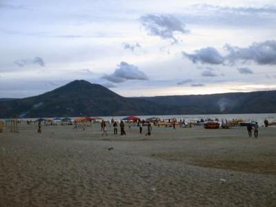 Syahdunya Sore di Pantai Pasir Putih Parbaba