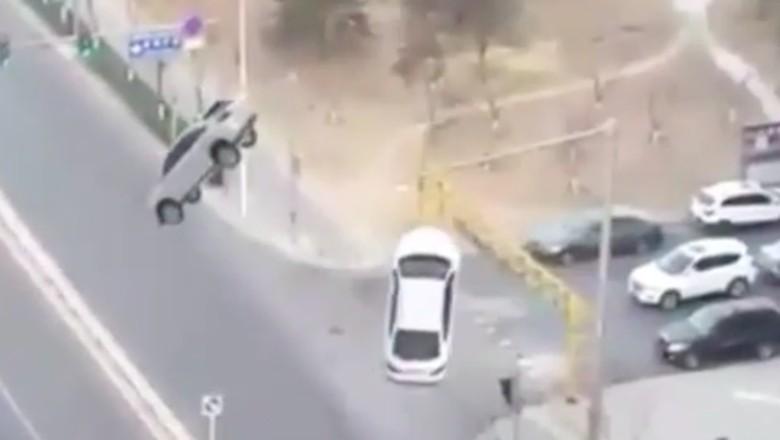 Mencengangkan! Lagi Jalan, 2 Mobil Ini Tiba-tiba Melayang