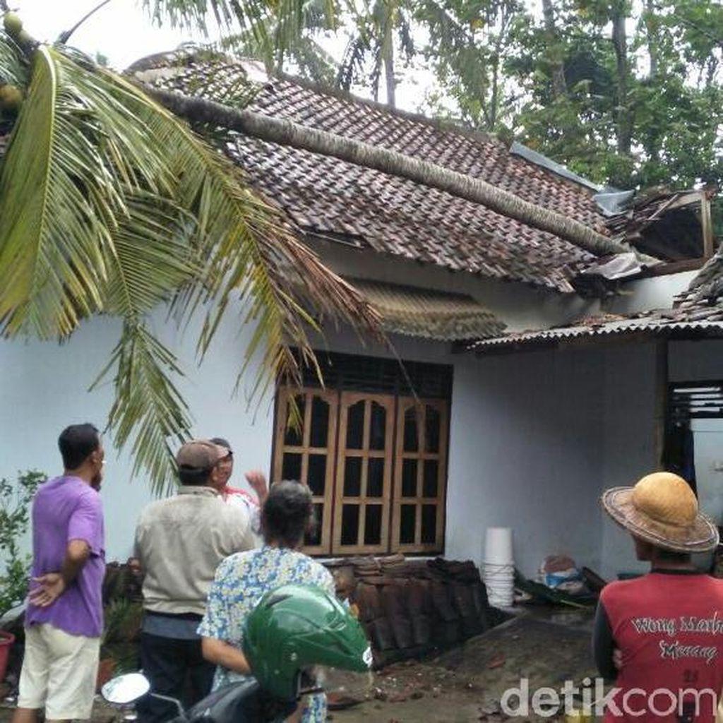 Pohon Tumbang Timpa Rumah di Blitar, Nenek dan Cucu Balitanya Luka