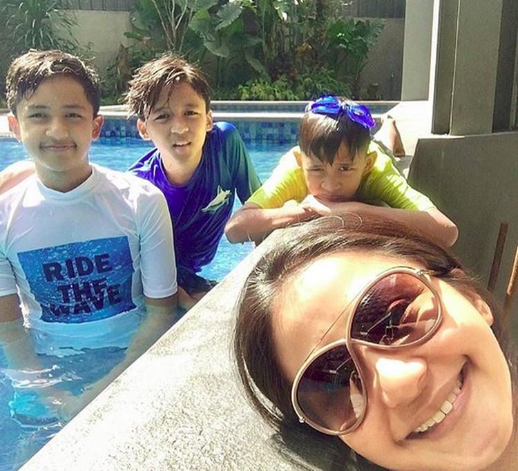 Ini dia tiga anak laki-laki Frans dan Amara. Mahija Nathaniel Sambarana Aryantawira (13), Janitra Nathaniel Sambawikrama (11) dan Rajaswa Nathaniel Mohede (9). (Foto: Instagram/ @amaranggana)