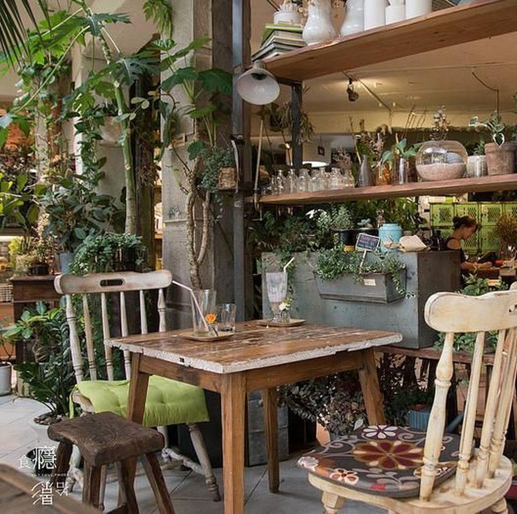 Nikmatnya Menghirup Matcha Latte dengan Suasana Kebun Bunga di Kafe Ini
