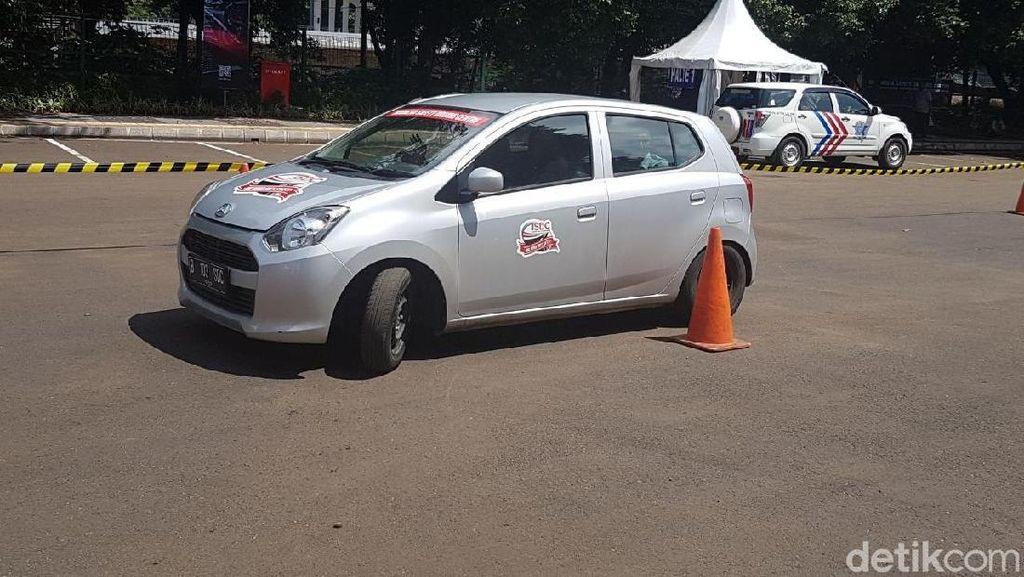 Sopir Taksi Online dan Konvensional Dilatih Berkendara Aman