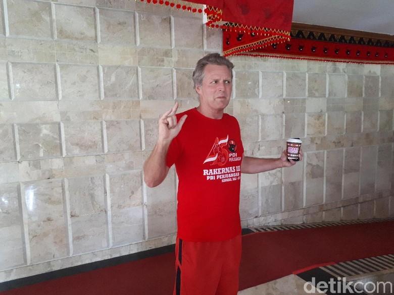 Gaya Metal Bule Amerika Pakai Kaos Rakernas PDIP di Bali