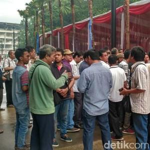 Ratusan Driver Taksi Online Padati GBK Sejak Pukul 7.00 Pagi