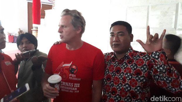 Gaya 'Metal' Bule Amerika Pakai Kaos Rakernas PDIP di Bali