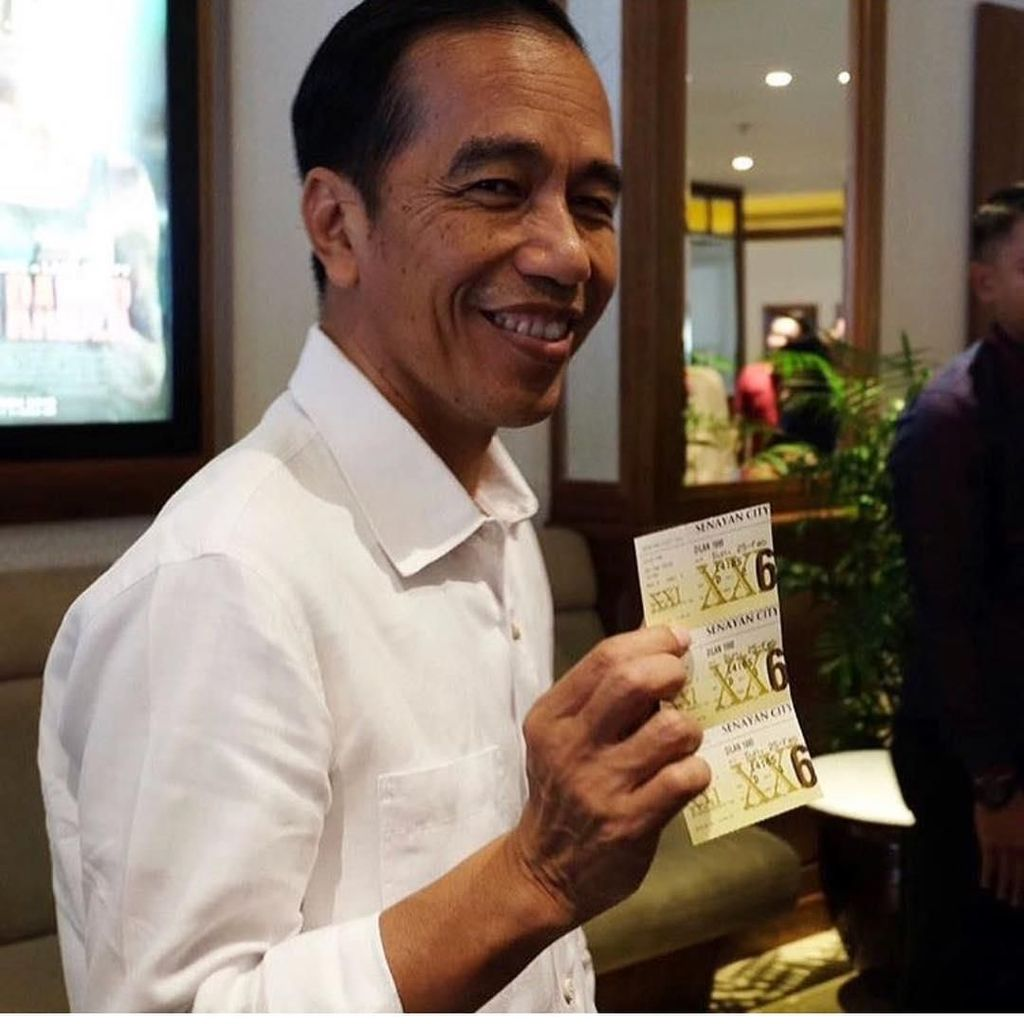 Gaya Santai Jokowi Pamer 3 Tiket Film Dilan 1990