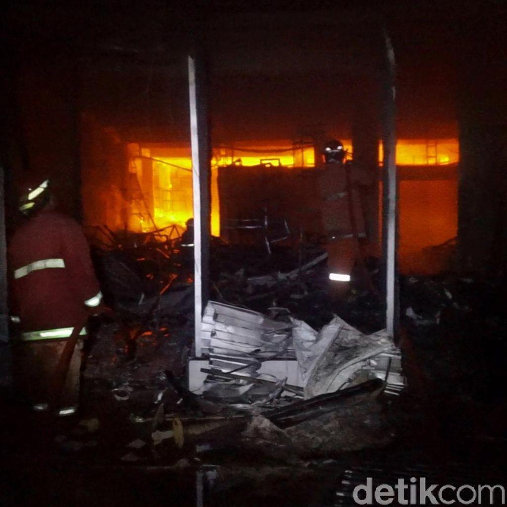 Foto: Kebakaran Pasar Banjarsari Pekalongan Belum Bisa Dipadamkan