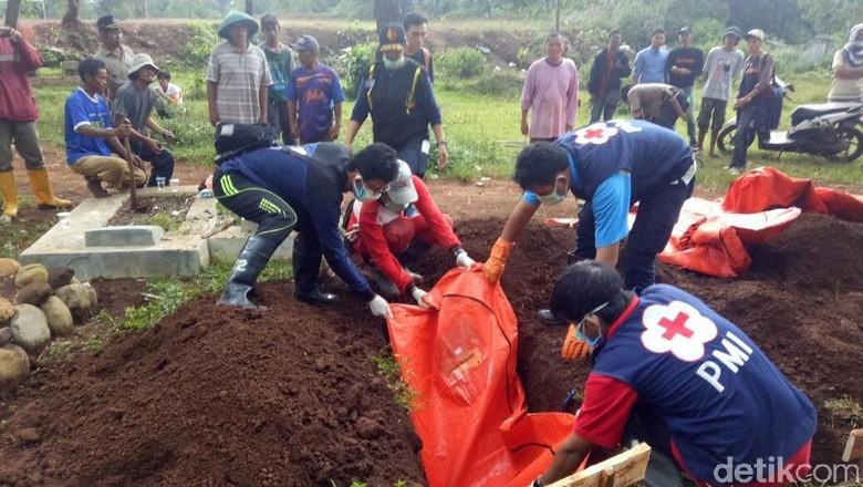 6 Potongan Tubuh Korban Longsor Brebes Dikuburkan