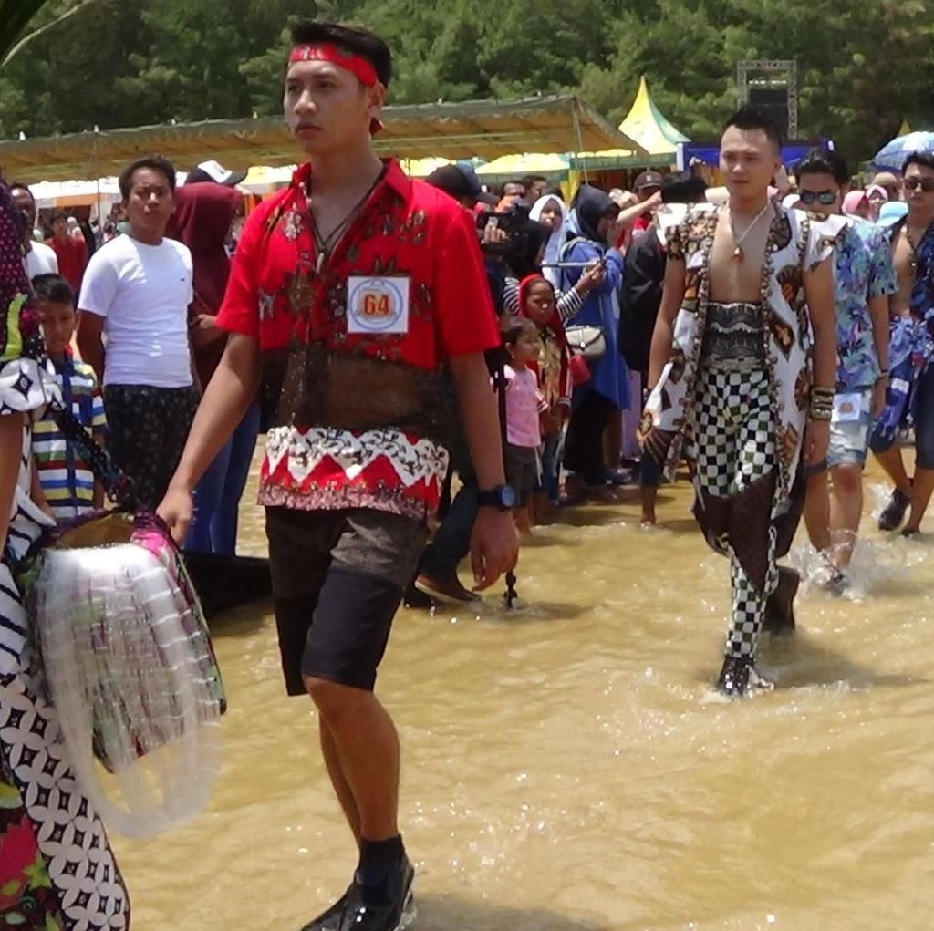 Batik On The Sea, Fashion Show di Atas Laut Pantai Sumenep