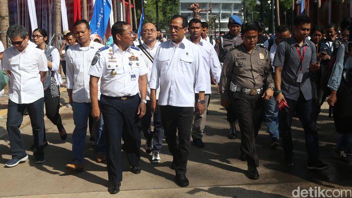 Menhub Budi Karya bersama Direktur Jenderal Perhubungan Darat Budi Setiyadi memantau pembuatan SIM A Umum kolektif di kawasan GBK, Jakarta, Minggu (25/2/2018).