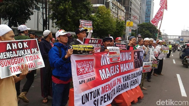 Foto: Massa dan Pengamanan Jelang Sidang PK Ahok
