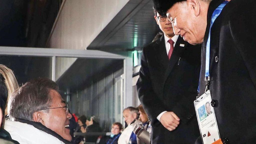 Momen Jabat Tangan Pejabat Kontroversial Korut dengan Presiden Korsel