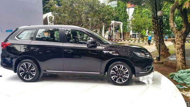 Menperin dan Menhub Terima 10 Mobil Listrik dari Mitsubishi