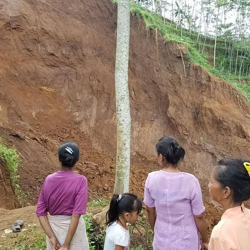 Longsor di Jember, Warga Terisolasi dan Kesulitan Air Bersih