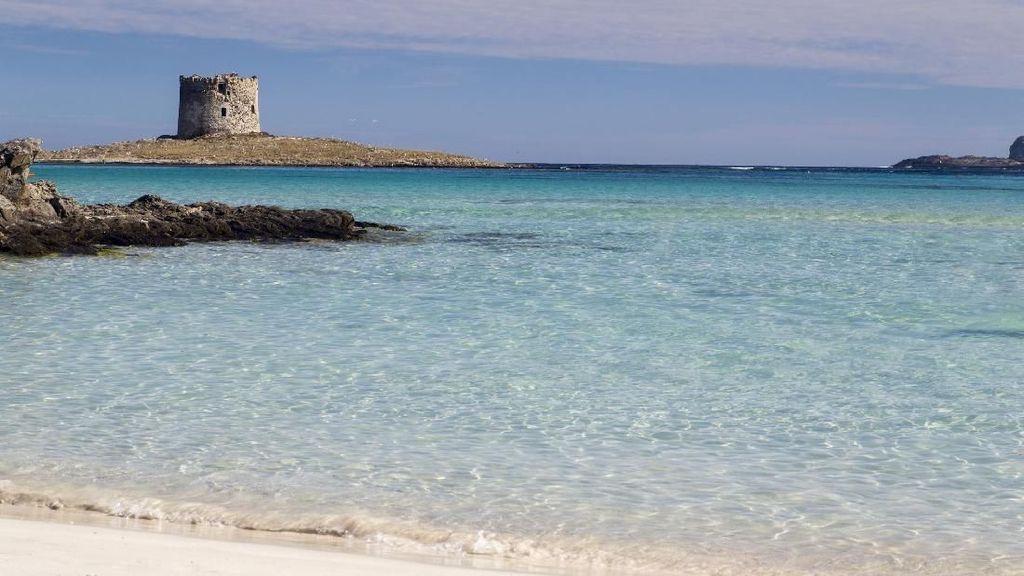 Selamatkan Pasir Pantai, Turis Dilarang Bawa Handuk & Tas di Sini
