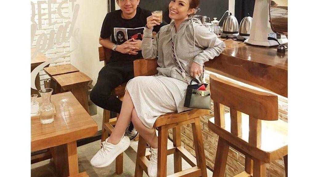 10 Pose Centil Ayu Dewi Bersama Nasi Goreng, Kopi hingga Cake!