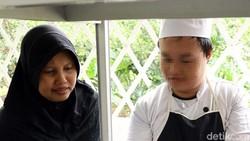 Rumah Sakit Jiwa Soeharto Heerdjan memiliki program daycare di Instalasi Rehabilitasi Psikososial. Mulai dari masak hingga berjualan dilakukan oleh ODGJ.