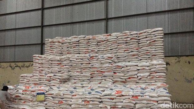 Hanya tumpukan karung beras ini yang tersisa di gudang Bulog Indramayu