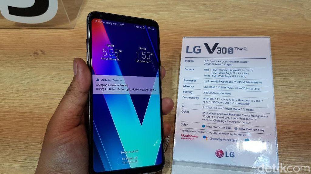 Menggenggam Ponsel Premium LG V30S ThinQ