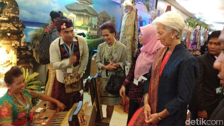 Saat Bos IMF Terkesima Lihat Kain Tenun Khas Indonesia