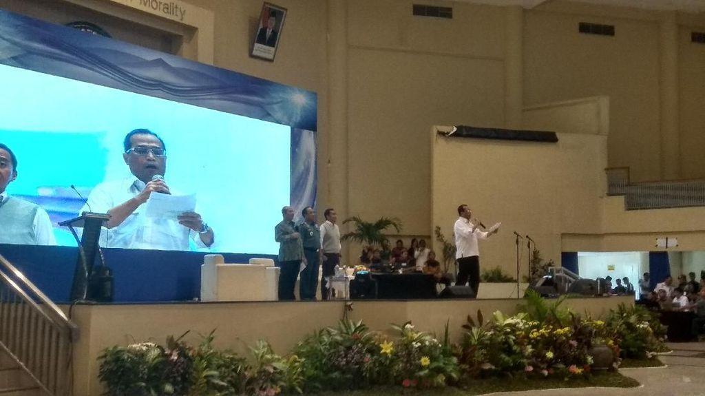 Saat Menhub Budi Baca Puisi Gus Mus Usai Diskusi di Unair Surabaya