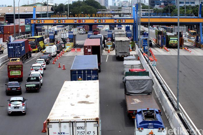 Penampakan kemacetan di gerbang Tol Kebon Bawang, Jakarta, Selasa (27/2/2018).