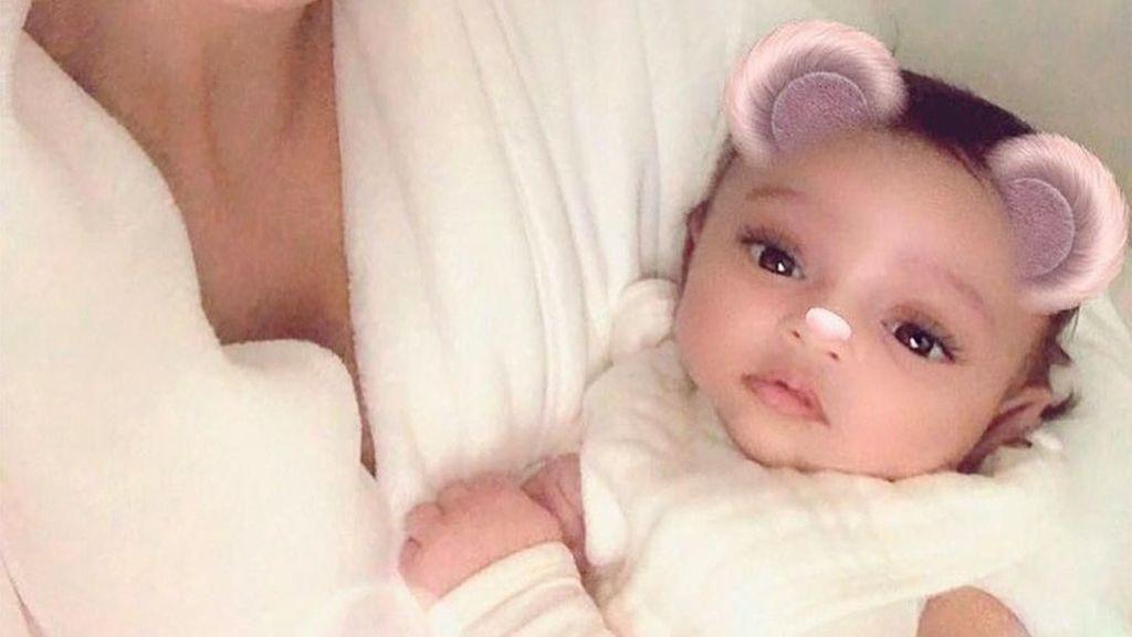 Cute Alert! Terungkap Wajah Putri Ketiga Kim Kardashian