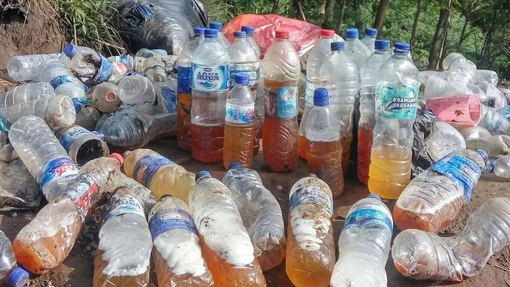 Salut! Pria Ini Bersihkan Sampah Botol Isi Air Kencing di Gunung