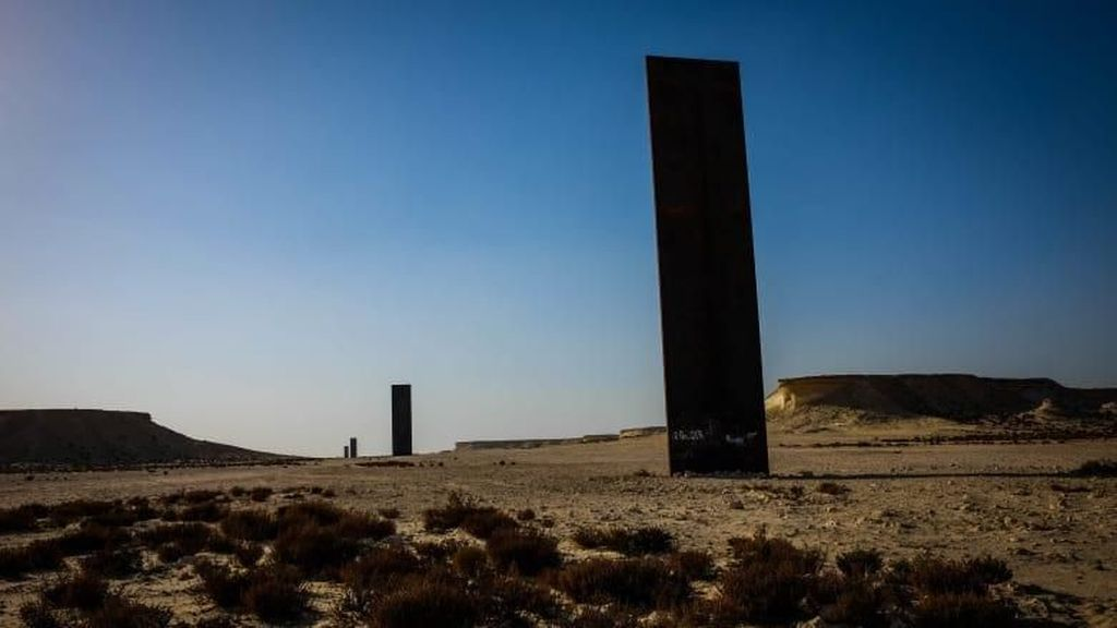Pelat Baja Raksasa Menyeruak di Gurun Pasir Qatar