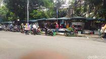 PKL Boleh Jualan di Trotoar Melawai, Pejalan Kaki Melintas di Jalan